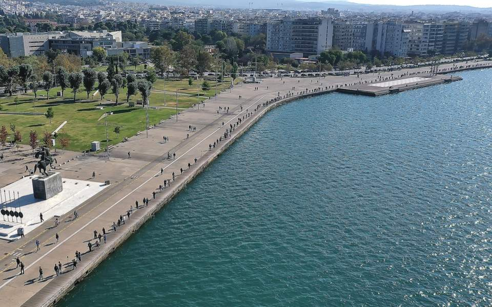 Hundreds wait for Covid tests along Thessaloniki waterfront | Kathimerini