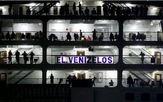 thousands-of-syrians-ferried-to-greek-mainland-as-islands-despair