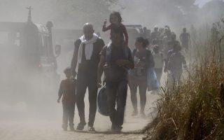greek-police-fire-stun-grenade-at-migrants-on-fyrom-border