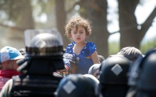 exhausted-migrants-scuffle-at-greek-fyrom-border0