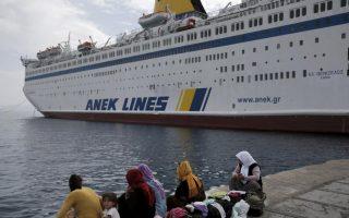 refugee-ship-leaves-island-for-greek-mainland
