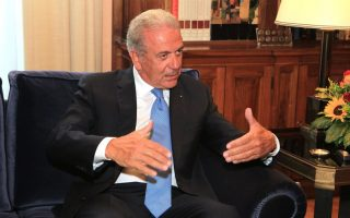 avramopoulos-meets-pm-officials-in-athens-for-talks-on-migration-crisis