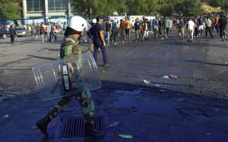 migrants-scuffle-with-police-on-lesvos