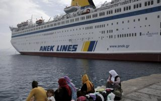 over-2-000-refugees-disembark-at-piraeus-more-expected0