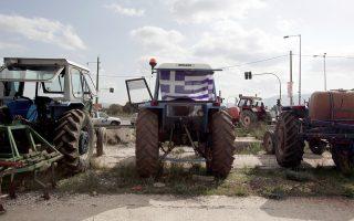 farmers-line-up-tractors-along-egnatia-highway