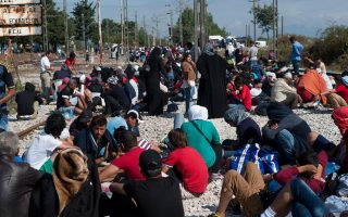 migrants-facing-long-waits-to-cross-greece-amp-8217-s-border-with-fyrom