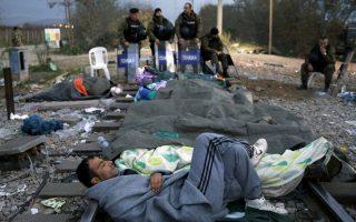 migrants-at-fyrom-border-crossing-block-trains0