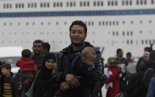 about-3-000-refugees-and-migrants-arrive-in-piraeus-more-to-come