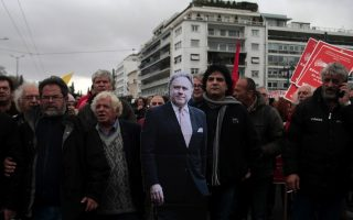 greek-workers-march-to-parliament-to-protest-pension-reform