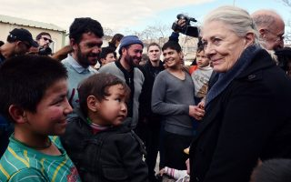 vanessa-redgrave-visits-migrant-reception-center-in-athens