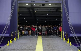 refugees-arrive-at-piraeus-port