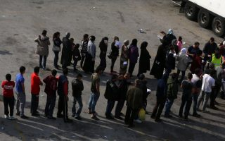 refugees-migrants-leave-chios-camp