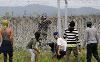 fresh-clashes-between-fyrom-police-and-migrants-at-northern-border
