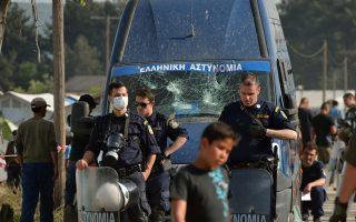 migrants-reoccupy-border-rail-crossing0