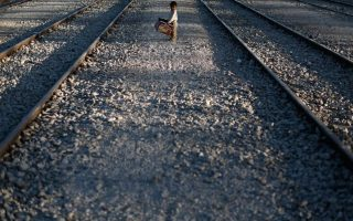 protesting-migrants-removed-from-idomeni-railway-tracks