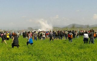 migrants-clash-with-police-on-greece-fyrom-border