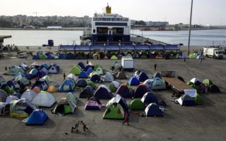 up-to-2-680-migrants-stranded-at-piraeus-as-27-arrive-on-wednesday