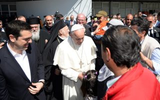 pope-brings-12-syrian-muslim-refugees-to-italy