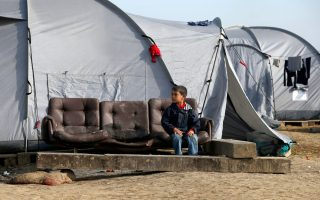 despite-border-closure-thousands-stay-put-in-border-camp0