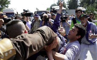 migrant-protests-close-greek-highway