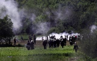 greek-riot-police-deploy-along-fyrom-border