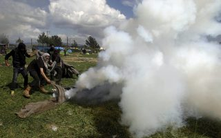 unhcr-condemns-use-of-tear-gas-against-refugees-at-greece-fyrom-border