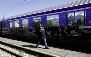man-32-dies-after-falling-in-front-of-train