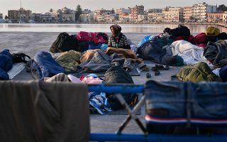 chios-residents-block-road-to-hot-spot