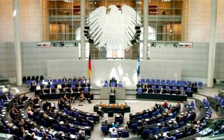 german-lawmakers-vote-in-favor-of-paying-out-next-aid-tranche-for-greece