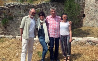 game-of-thrones-stars-visit-migrant-camp-on-lesvos