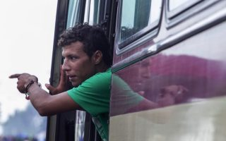 greek-police-shifting-more-migrants-from-border