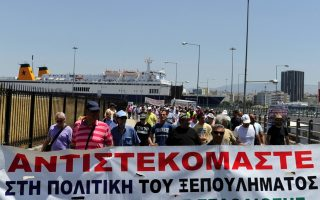 port-workers-keep-the-heat-on-with-piraeus-protest