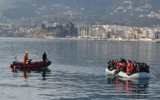 boat-carrying-40-refugees-migrants-heading-to-kythnos-port