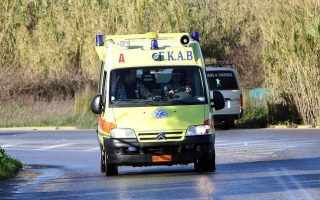 family-rescued-after-car-plunges-into-water-at-port-of-messolonghi