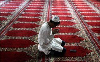turks-cross-cyprus-divide-for-eid-prayers