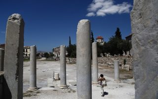 tourists-enjoying-greek-capital