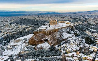 snow-blankets-athens-affecting-schools-but-not-public-transport
