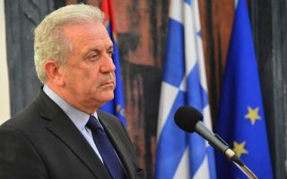 avramopoulos-visits-lesvos-to-inspect-impact-of-migration-deal