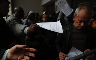 hundreds-stand-in-line-to-apply-for-solidarity-benefit