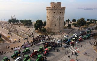 protesting-farmers-lay-siege-to-white-tower