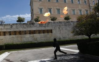masked-protesters-hijack-pupils-rally-in-athens