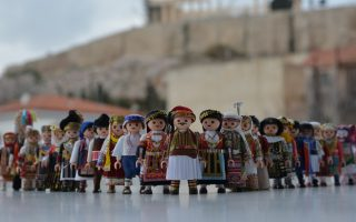 folk-dance-aficionado-gives-playmobil-figures-a-traditional-greek-makeover
