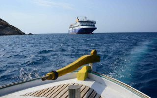 blue-star-patmos-leaks-large-quantity-of-fuel-off-piraeus0