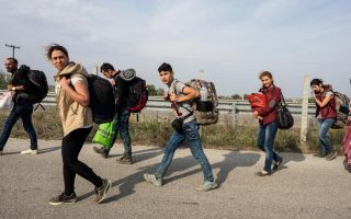 police-say-dozens-of-syrian-families-crossing-into-greece