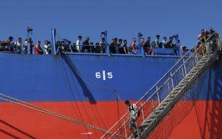 migrants-come-ashore-on-crete