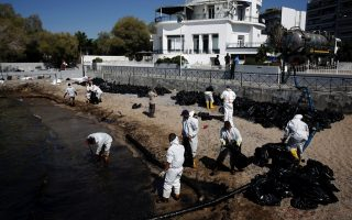 greek-oil-spill-spreads-to-athens-riviera