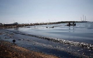 oil-spill-forces-greek-authorities-to-close-beaches-near-athens