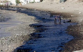 island-mayor-threatens-suit-as-oil-spill-spreads0