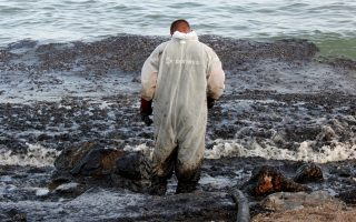 salamina-mayor-speaks-of-eco-disaster-after-tanker-sinking0