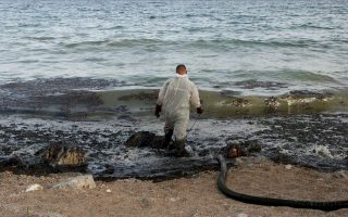 crews-cleaning-up-pollution-from-sunken-tanker-ship0